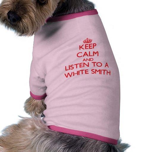 Behalten Sie Ruhe und hören Sie auf einen weißen Haustier Tshirts