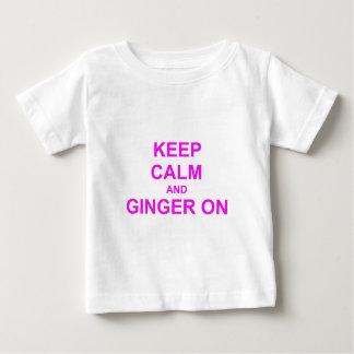 Behalten Sie Ruhe und Ingwer auf orange rosarotem Baby T-shirt