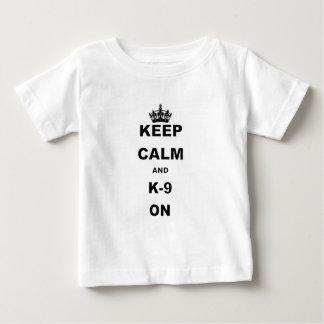 BEHALTEN Sie RUHE UND K9 ON.png Baby T-shirt