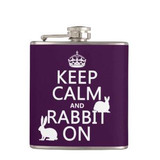 Behalten Sie Ruhe und Kaninchen an - alle Farben Flachmann