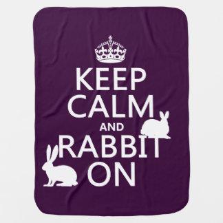 Behalten Sie Ruhe und Kaninchen an - alle Farben Kinderwagendecke