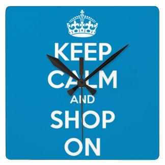Behalten Sie Ruhe und kaufen Sie auf hellem Blau Quadratische Wanduhr
