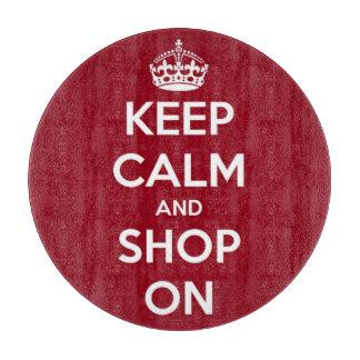 Behalten Sie Ruhe und kaufen Sie auf rundem Rot Schneidebrett