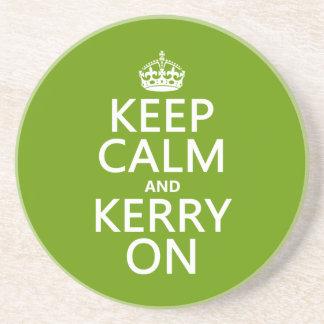 Behalten Sie Ruhe und Kerry auf (irgendeine Farbe) Sandstein Untersetzer