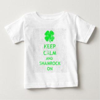 Behalten Sie Ruhe und Kleeblatt auf DS Baby T-shirt