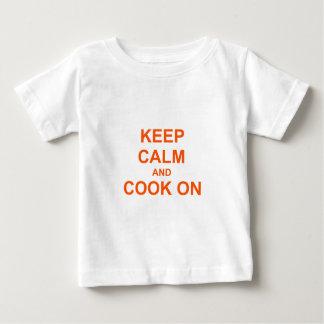 Behalten Sie Ruhe und kochen Sie auf orange Baby T-shirt