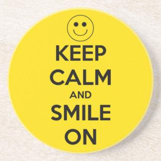 Behalten Sie Ruhe und lächeln Sie auf Gelb Getränkeuntersetzer