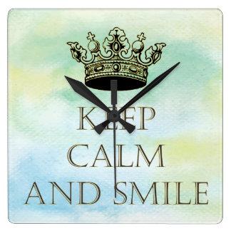 Behalten Sie Ruhe und lächeln Sie Quadratische Wanduhr