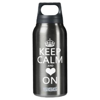 Behalten Sie Ruhe und Liebe auf (Herz) Isolierte Flasche