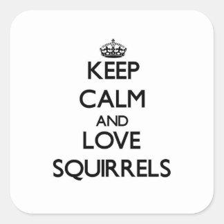 Behalten Sie Ruhe und Liebe-Eichhörnchen Quadrat-Aufkleber