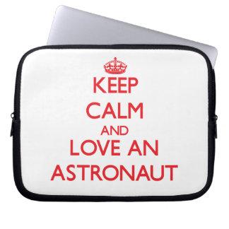 Behalten Sie Ruhe und Liebe ein Astronaut Laptop Sleeve Schutzhülle