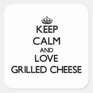 Behalten Sie Ruhe und Liebe gegrillten Käse Quadrat-Aufkleber