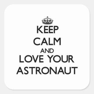 Behalten Sie Ruhe und Liebe Ihr Astronaut Quadrat-Aufkleber