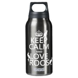 Behalten Sie Ruhe und Liebe Roos (Kängurus) Isolierte Flasche