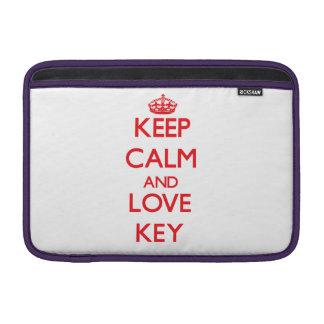 Behalten Sie Ruhe und Liebe Schlüssel MacBook Sleeve