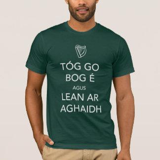 Behalten Sie Ruhe und machen Sie als GAEILGE T-Shirt