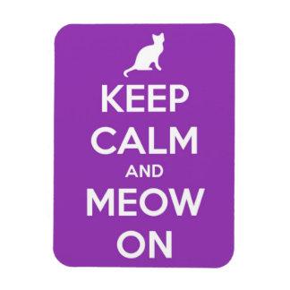 Behalten Sie Ruhe und Meow auf Fuschia Magnet