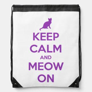 Behalten Sie Ruhe und Meow auf Lila auf Weiß Turnbeutel