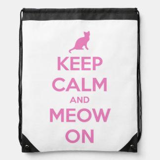 Behalten Sie Ruhe und Meow auf Rosa auf Weiß Sportbeutel