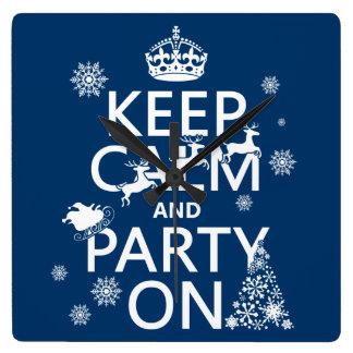 Behalten Sie Ruhe und Party auf (Weihnachten) Quadratische Wanduhr