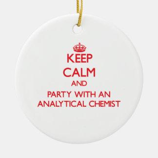 Behalten Sie Ruhe und Party mit einem analytischen Ornament