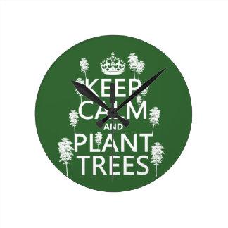 Behalten Sie Ruhe und Pflanzen-Bäume (alle Farben) Runde Wanduhr