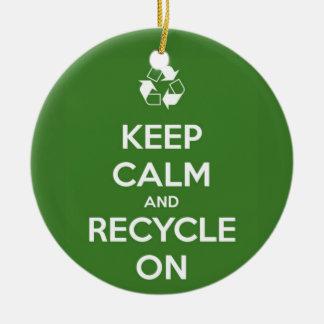 Behalten Sie Ruhe und recyceln Sie auf Grün Keramik Ornament