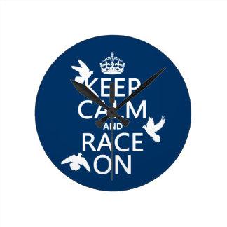 Behalten Sie Ruhe und Rennen auf (Tauben) (alle Runde Wanduhr