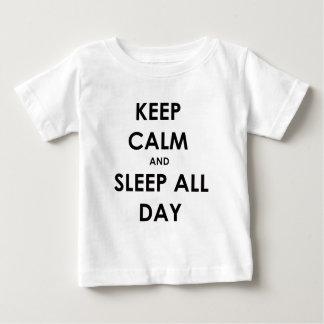 Behalten Sie Ruhe und schlafen Sie den ganzen Tag Baby T-shirt