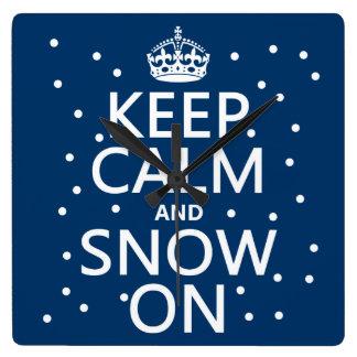 Behalten Sie Ruhe und Schnee an Quadratische Wanduhr
