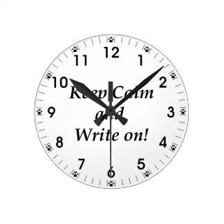 Behalten Sie Ruhe und schreiben Sie an Runde Wanduhr