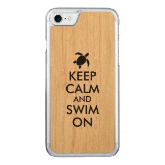 Behalten Sie Ruhe und schwimmen Sie auf Honu Carved iPhone 8/7 Hülle