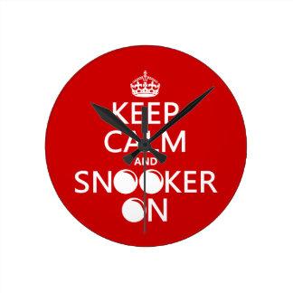 Behalten Sie Ruhe und Snooker auf (alle Farben) Runde Wanduhr
