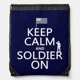 Behalten Sie Ruhe und Soldaten auf (US-Flagge) Turnbeutel