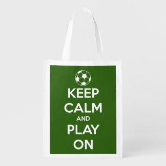 Behalten Sie Ruhe und Spiel auf Fußball-Grün und Wiederverwendbare Einkaufstasche