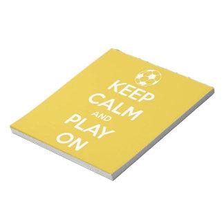 Behalten Sie Ruhe und Spiel auf Gelb Notizblock