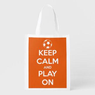 Behalten Sie Ruhe und Spiel auf Weiß auf orange Wiederverwendbare Einkaufstasche