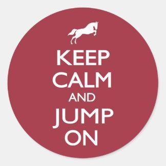 Behalten Sie Ruhe und springen Sie an Runder Aufkleber