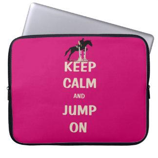 Behalten Sie Ruhe und springen Sie auf rosa Pferd Laptop Sleeve Schutzhülle