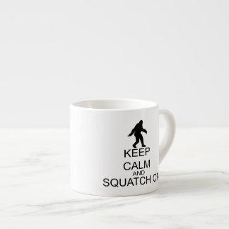 Behalten Sie Ruhe und Squatch an Espressotasse