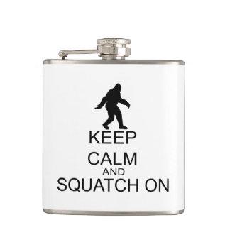 Behalten Sie Ruhe und Squatch an Flachmann