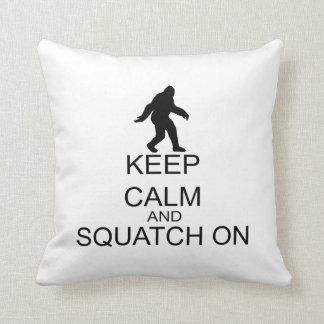 Behalten Sie Ruhe und Squatch an Kissen