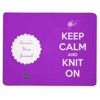 Behalten Sie Ruhe und Strick auf pinkfarbenem Taschennotizbuch