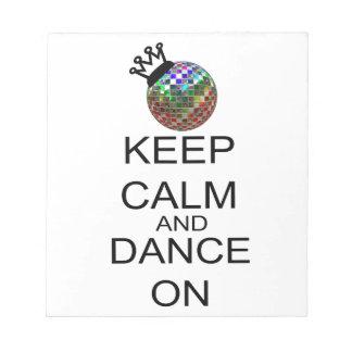 Behalten Sie Ruhe und tanzen Sie an Notizblock