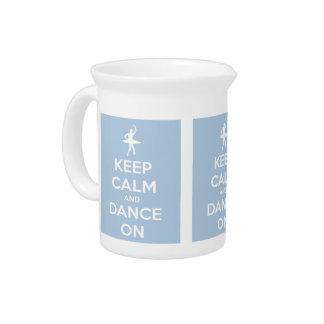 Behalten Sie Ruhe und tanzen Sie auf hellblaues Getränke Pitcher