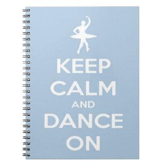 Behalten Sie Ruhe und tanzen Sie auf hellblaues Spiral Notizblock