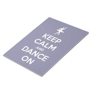 Behalten Sie Ruhe und tanzen Sie auf Notizblock