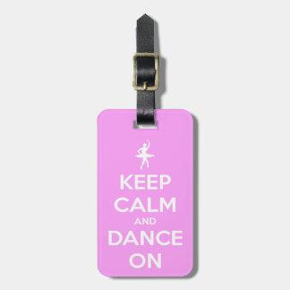 Behalten Sie Ruhe und tanzen Sie auf rosa Kofferanhänger