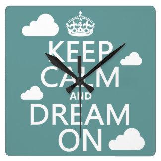 Behalten Sie Ruhe und Traum an (Wolken) - alle Quadratische Wanduhr