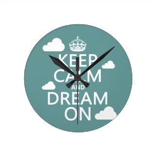 Behalten Sie Ruhe und Traum an (Wolken) - alle Runde Wanduhr